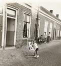 Even op bezoek bij Pake en Beppe aan de Vinkebuurt. In de kinderwagen Jelle Tenge, rechts Melle Tenge. Foto uit 1966