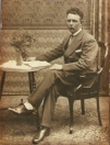 Melle Tenge op 40-jarige leeftijd, vlak voor hij in het huwelijk trad met Sijke Dorenbos. Melle is geboren op 26 april 1896 en overleden op 6 maart 1981 in verzorgingstehuis De Miente. Hij werkte in zijn beginjaren in het veen als turfsteker en baggeraar, later loste hij de schepen in Gorredijk van kolen e.d.  Foto uit 1936.