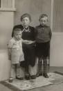 Sijke Tenge met de kinderen Johannes en Eppie aan haar zijde. Foto rond 1942.
