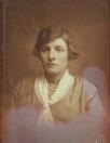 Sijke Tenge - Dorenbos geboren op 2 maart 1906, overleden op 6 maart 1973. Sijke is getrouwd met Melle Tenge en het grootste gedeelte van hun leven gewoond op de Vinkebuurt te Kortezwaag. Sijke heeft jaren gewerkt als hoedenmaakster bij een dameszaak in Heerenveen.  Foto uit 1936.