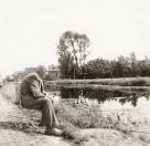 Melle Tenge aan het vissen aan de Compagnonsvaart voor zijn huis, foto uit de jaren 70.