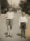 Links Eppie Tenge en Rechts Johannes Tenge in mei 1945 tijdens de bevrijdingsfeesten.