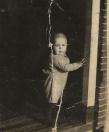 Johannes Tenge in de deurpost aan de Vinkebuurt, op 2-jarige leeftijd. Foto uit 1940