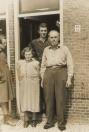 Melle en Sijke Tenge, met hun zoon Johannes op de achtergrond. Foto uit 1955.