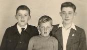 Op de foto de zonen van Melle en Sijke Tenge; v.l.n.r. Johannes 10 jr., Anne 6 jr., Eppie 13 jr. Foto uit 1948.