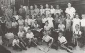 1939 Bovenste rij v.l.n.r.:Juf Looijenga,Dirk Dunant,....Mersman,Titie Kersbergen,Gerrit de Jong,Ruurd Eisinga,Tinie van Wallinga,Tjaltje Anema, ?,Juf....,Juf Alstein. 2e rij: ?,...Lootsma,....Stobbe,Henk Kussendrager,Reinders,Alie Moll,Janke Kromsigt,Jan Overwijk,Wiepie Ringenoldus,Sietse Kunst,Jannie Jousma, ?.,Pietje Piersma,Aise de Wagt. 3e rij:.?,Grietje Hornstra,Jopie Zwart,Lutske Wierda. Voorste rij:Tjibbe Wissema,Tjerk Jousma,Lolke v.d.Hoef,Andries Bergsma,Gerrit Hoekstra,Bertus de Vos.
