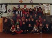 1976-1977 Boven Anita Hoekstra, grietje rozenberg, klaasje mulder, minke pasveer, elske hoen, simone peetam, juf schurer, volgende rij: marco de jong, andre, tjeerd otten, teun tenge, anthonie de jong, harry de vries, en Gredy. daaronder:martsen bron, marjet, alice legendal, richard groenewold, marco eijer, gerard de vries, sjaak hoekstra, andries huisman, marike de leeuw, andrea tabak. Onderste rij:cilia de vries, willy van der bos, natasja hofstra, atsje stoelwinder, jaap stoker, alexander hanewinkel, henk jonker, wibo kussendrager.