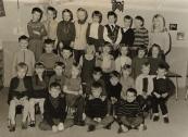 1969-1970 V.l.n.r :1 Wilco de Jager,2 Wim Comello, 3 Alie Bokstart, 4 Lolkje Steenbeek, 5 Tamara Pultrum, 6 Feike Duin, 7 Joop Rudolhy, 8 Wim Drenth, 9 Juf de Ruiter, 10 ??? , 11 Wiepie Coehoorn 12 Yme de Vries 13 Meinie Valk14 Nynke Bijlsma 15 Lida Tasma (overleden) 16 Margreet Faber 17 Jinke de Vries 18 Trijntje van Dijk 19 Djoeke Voolstra 20 Abel Westerhof 21 Hanneke Roelsma 22 Gijs Nieuwland(overleden) 23 Kees Draaisma 24 Djoeke de Jong 25 Annie Dijkstra 26 Roelof Lageveen 27 Jeen Annema 28 Steven van Gooinga 29 Jelle Tenge