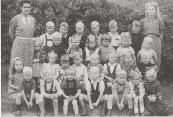 1948 Juf Dijkstra,Bouwe Veltman,Geert de Boer,Tjesse v.d.Zee,Auke Hoekstra,Pier Bergsma,Geert de Vries,Juf Foppes. 2e rij:Bea Boersma,Henk v.d.Heide,Jan Roelof Vonk,Sjoukje Bleeker,Rinie v.d.Werf,Willie Hoekstra,Wiepie de Jong. 3e rij:Jannie Boersma,Annie Piersma,Martin Bergsma,Roelof Berends, ?,Winie Geertsma,Jan de Vries, ?. 4e rij: ?, Siemen Hoekstra,Sjoeke de Lange,Johan de Jong,Jan Eisenga,Marten van Dijk,Gonnie Otter.
