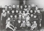 1959 Juffrouw Ytie Jousma met haar klas. Bovenste rij van links naar rechts:Willia van Dam,Wilhelmientje Lieuwes,Welmoed Siebinga,Mattie Roorda,Gerrie Kuik,Henny Jonkers,Jan Willem Schenk,Doet Hoekstra,Joke Beenen. Tweede rij:Jantje Jongsma,Antje de Vries,Koen Oenema,Appie Hofstra,Dieuwke Buis,Jeppie van der Terp,Dinie Stoelwinder,Piet van den Akker,Klaas Dijkstra en Rietje de Vos. Derde rij:Lukie Lageveen,Odillia van der Vliet,Johannes Kromsigt,....Luuks,Dinie de Vries,Alie de Vos,Barend Hylkema,Laurens Nauta. Onderste rij:Antje Homans,Jacob Duursma,Oepie de Boer,Wiepie Hofstra en Jantje de Haan.