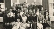 ULO 1962-1963. Achterste rij v.l.n.r.: Date Jonker, Saakje Roelinga, Ernst Ettema, Geertje de Haan, Johannes Akkerman, Aleid Brandeke. 2e rij: Concierge Tuttel, Djoeke Liemburg, Henjo Huisman, Anneke Nutters, N.N., Feikje Rinsema, Anneke Koopmans, Lammy de Vries, N.N., N.N., N.N. 3e rij: Henk Huisman, Lummie v.d. Zee, Henk Keimpema, Geeske de Leeuw, Peter Franke, Popke Lageveen, Leraar de Haan, Rommy Berger. 4e rij: Hiltje Gorter, N.N., Moentje Hofstra-Woelk, Vonny Kahle, Marianne van Baaren.