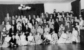Ulo-leerlingen gingen ook jarenlang in schoolverband op dansles bij de dansleraar Douma. Deze foto is gemaakt op 14 april 1960. Achteraan v.l.n.r.: Jappie Faber, Ate Kerkhof, Jouke de Vries, Hillie Stoelwinder, Anne Mulder, Tineke Antonides, Sake Kussendrager, Tjitze Schippers, Hanny Fenstra, Jan Foppes, Aukje IJselstein, Ellie Schaap, Minne de Jong, Wikkie Coehoorn, Sjoeke de Lange, Sietse Hagen. Daarvoor: Mevrouw Douma, Geertje Spijkman, Wiepie Jager, Boukje Berga, Tinus Hofstra, Joke v.d. Berg, Wikkie de Jong, Trienke Bethlehem, Tsjesse v.d. Zee, Jenny Wiegersma, N.N., Metje Arends, Jaap v.d. Mei, Rinie v.d. Werff, Henkie v.d. Heide, N.N., Jan Post, achter Jan Post: Boukje Mercuur, Nyske Burgy, dansleraar Douma, Henny Jelsma. Daarvoor: Hinke Teyema, Tjeerd Nijboer, N.N., N.N., Gerda Veenstra, Eddy Cats, N.N., Oenie Hofstra, Hennie Mulder, Hennie Jelsma. Vooraan: Henny Slof, Herman Dijkstra, Jeltje Veenstra, Richtsje Jonkman, Eke Sijtsma, Geertje Bonnema, N.N., N.N., N.N., Thea Tuininga, Mintsje Veenstra.