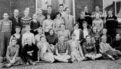 Een van de 2e klassen Ulo school 1958. Voorste rij v.l.n.r.: Gerrie Jelsma, Dirk Schippers, Froukje de Leeuw, Sjouke Krako, Alie Lukkes, Piet v.d. Vlugt, Janke Groothof, Henk Westerveld, Henjo Hielkema. 2e rij: Trienke Bethlehem, Trienke Dijkstra, Tjitske Nutters, Jannie de Jong, Sjoukje v.d. Zee, Baafke Hielkema, Aaltje de Vries, Grietje Rozema, Grietje de Jong. Tussenrij: Jan Klaren, Gerrie Berga, Renskje de Leeuw, Wigle Douma, Dirk Boorsma, Roelie Overwijk, Wiebe Krist. Bovenste rij: Harm de Groot, Jan Tuttel, Roelie de Haan, Hans Brandsma, Fré v.d. Kamp, Gerard Zondervan, Hepke Aans, Sake Paulesma.