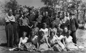 ULO 1956-1957. Bovenste rij v.l.n.r.: Ekke Foppes, Hans Zwart, Toon Wever, Eeuwe de Jong, Bennie Eppinga, Dirk v.d. Zee, N.N., N.N., N.N., Jacob Simons, N.N., Dhr. Kuiken, Kerst Huisman, Dhr. Bootsma. Middelste rij: Reina Kamphuis, N.N., N.N., Anne Veenstra, Tsjerk Veenstra. Voorste rIJ: n.n., Thea Ronge, Annie Kussendrager, Imkje de Wal, N.N., Antsje de Wal.