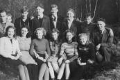 Een groepje ulo- leerlingen uit mei 1946. Achteraan v.l.n.r.: Gerrit de Vries, Arent Kampen, Lubbert Eppinga, Jan Wijnstra, Sietse v.d. Kamp, Wilco Boonstra, Jetze Dijkstra, Gerrit Meter. Vooraan v.l.n.r.: Anneke Jeninga, Rike Zwart, Zus Meester, Hillie Tolman, Trijntje Heida, Griet Scholte.