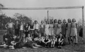 Een klassefoto uit 1942 Ulo. Foto gemaakt door onderwijzer Bastiaan Venema. Achteraan v.l.n.r.: Jelmer Biesma, Harm Woudstra, Henk v.d. Mei, N.N., Jan de Jong, Lucas Boerstra, Bouwe Schroor, Willem van Leer, Ruurdje van Dijk, Tsjikke Meester, Wyp de Haan, Tjitske Pranger, Geesje Huisman, Martje Brouwer, Tine Groen, Tine Wiersma. Zittend: Freddy Arndt, Arend Kerkhof, N.N., Johannes de Jong, N.N., N.N., Gauke Roelinga, Engbert Vaartjes, Fedde Jongstra, Marten Helfrich, Klaas Zwanenburg. Liggend: Engbert van Nijen, Wiep Arndt.