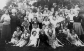 Een ULO klas uit 1939. Achteraan v.l.n.r.: Sjouke v.d. lest, Jan L. de Jong, Roelof Eppinga, N.N., N.N., Marten..., Halbe Slager, Geert Knol, Heerco Slager. 2e rij: Lien de Boer, Jan de Jong, Pier v.d. Sluis, Klaas Overwijk, Roelie Zwart, Roelof Leenheer, Jan Lussing, Herman Leefsma, Bart Hoekstra, Froukje Zantema, Janke v.d. Meer. 3e rij: Jantje de Jong, Anna Woudstra, Fokje Dijkstra, Trijn de Vries, Tiny v.d. Schoot. 4e rij: Freddy de Jong, Rom v.d. Vegt, Appie Blauw, Simon Ringenoldus, Henk v.d. Pol. 5e rij: Hannie Dragstra, Wiesje Jonkers, Geertje v.d. Hoef, Akke Staphorsius, Lieske de Boer, Riek v.d. Werf, Harmke Oudeboon.