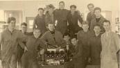 Lanbouwwerktuig 1959-1960. Op deze foto staan de Hr. Molenaar (docent), Wim Beer, Jacob Slagter, Jan v.d. Wal (links). De rest van de namen zijn niet bekend.