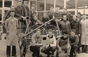 Ambachtsschool 1958-1959. Achter v.l.n.r.: Dhr. Molenaar, Sietse Veenstra, Eppie Dijk, Durk de Haan, Rense Dragstra, Linze Zwaga, Teakle Bergsma, N.N., Wiebe de Jong, Wietze Tolman, Pieter van der Spoel, Sipke Wagenaar, Piet Jongedijk, Dhr. Faber. Voor v.l.n.r.: Nelis de Vries, Sjoerd Faber, Jhonnie van Zeijl, N.N.