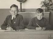 Eppie en Johannes Tenge op de Lagere School te Kortezwaag, 1946