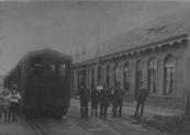 De tram naar Drachten op het station van Gorredijk. De locomotief draagt het nummer 11. De foto is in circa 1890 gemaakt.