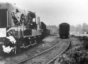In september 1962 reed de laatste tram van Gorredijk naar Steenwijk. De locomotief werd met bloemenslingers versierd. Hier staat hij achter het station in Gorredijk.