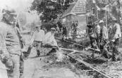 Werkzaamheden aan de tramlijn in de Buorren te Lippenhuizen.