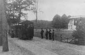 De tram van Drachten staat hier stil bij Frisiastate te Olterterp.