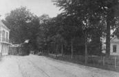 De tram in de bocht van de Hoofdstraat te Beetsterzwaag, rechts Fockenstate.
