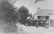 De tram passert hier piepend en kreunend het logement Boschlust in Beetsterzwaag.
