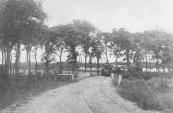 De tram nadert de brug over het Alddjip waarvan ook het andere verkeer gebruik maakte. Rond 1910 werden de rails verlegd en kreeg de tram een eigen brug.