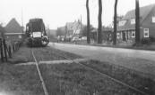 De laatste rit van de tram van Gorredijk naar Oosterwolde, hier te Lippenhuizen.