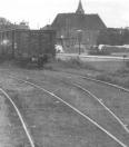 Het rangeerterrein bij het tramstation in 1960. Op de achtergrond staat de Nederlands Hervormde kerk in de steigers.