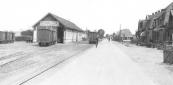 Er was weinig bedrijvigheid aan de Stationsweg toen deze foto in 1941 werd gemaakt. Op de tramwagens werd reclame gemaakt met: Persil blijft Persil!