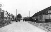 De tram naar Drachten die hier bij het station staat, neemt water in. Het is een beeld van voor de tweede wereldoorlog toen in Gorredijk nog Marechaussee gelegerd was.