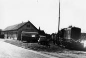 Het vertrek van een goederentram richting Oosterwolde circa 1960 vanaf het tramstation te Gorredijk.