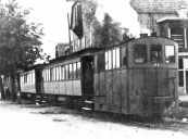 Een tram op de lijn Heerenveen - Drachten staat hier bij de zuivelfabriek in Langezwaag.
