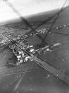 Luchtfoto uit juli 1922, Gemaakt door Sietse Teijema. Op de voorgrond, links van de vaart de gemeentelijke gasfabriek en even hoger de schorsmolen van Nauta, toen al zonder wieken. Daarnaast de olieslagerij met schoorsteen. Aan de overzijde van de vaart staat de stoomzagerij van de Firma Posthuma en Van der Sluis.