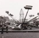 Een foto uit de jaren zestig, waar de in die tijd spectaculaire attractie genaamd Orkaan van de familie Koopal het publiek een ware adrenaline kick gaf op de Gordykstermerke. Links op de achtergrond zijn de huizen te zien welke in de hedendaagse situatie nog steeds langs het Marktplein staan.