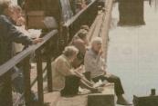 Vermoeide voeten bungelen boven de Compagnonsvaart. Zeulen met tassen, sjokken en schuifelen langs de marktkraampjes van de Gerdykster Merke is beulswerk. Even pauzeren met een gebakken visje is dan ook een welkom breekpunt. De betekenis van de Gerdykster Merke als veemarkt was ook dit maal gering. Marktmeester van der Bij telde 32 dieren. (foto Jan de Vries)