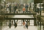 Het was op de voorjaarsmarkt in 2000 al vroeg een drukte van belang. De traditionele voorjaarsmarkt in het centrum lokte duizenden naar de Hoofdstraat, Brouwerswal, Molenwal, kerkewal en Formanjestrjitte, waar tegen de tweehonderd handelaren hun kramen hadden uitgestald. De handel in vee, waar het ooit om draaide op de Gerdykster Merke, stelde de laatste jaren nauwelijks meer iets voor. Dit jaar (2000) bleven de hekjes, waaraan de dieren kunnen worden vastgezet, voor het eerst zelfs ongebruikt. Behalve de markt was er ook kermis, op het parkeerterrein naast cultureel centrum de Skâns. Op de foto maakt het publiek dankbaar gebruik van de bruggen over de Opsterlandse Compagnonsvaart tussen de Brouwerswal en Langewal om een stuk af te snijden. (foto Jan de Vries)