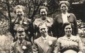 Familie Simons; achter v.l.n.r: Dete, Anneke, Rens. Voor v.l.n.r; Jaap, Freerk en Zus. De familie Simons woonden aan de Langewal.(foto via L.de Vries-Homans