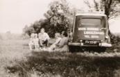 Koos Homans met zijn gezin toen hij in Langezwaag een kruidenierszaak had, 1959 (foto via L. de Vries-Homans)