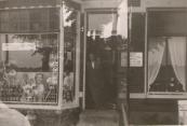 Koos Homans in zijn kruidenierswinkel te Langezwaag. (foto via L. de Vries-Homans)