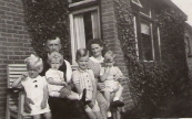 Klaas Homans (de vader van Koos Homans) met zijn kleinkinderen in Jonkersland Klaas was getrouwd met Grada Moll. Na de geboorte van zoon Koos is Grada op zeer jonge leeftijd overleden. Klaas is later hertrouwd met Lamkje op de foto rechts (foto via L. de Vries-Homans)