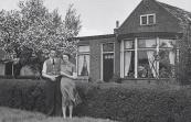 Voor het huis van Lammert Moll in Kortezwaag met Annie Moll en verloofde. (foto via Anneken Freihals-Bouwer).