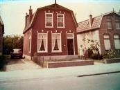 Het huis aan de Stationsweg in Gorredijk waar het gezin Lammert Moll later woonde in de tuin Anneken Moll-Moll met n.n. (foto via Anneken Freihals-Bouwer)