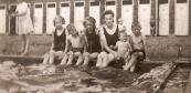 In het zwembad vanaf links Annie Moll, Anton Moll, Riek Moll, Zus (Anneken) Moll, haar dochter Anneken en Henk Moll (foto via Anneken Freihals-Bouwer).