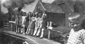 Het loopbruggetje in Kortezwaag met de kinderen Moll en buurkinderen (foto via  Anneken Freihals-Bouwer).