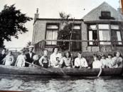 Het gezin van Lammert Moll in een boot voor hun huis te Kortezwaag (foto via Anneken Freihals-Bouwer)